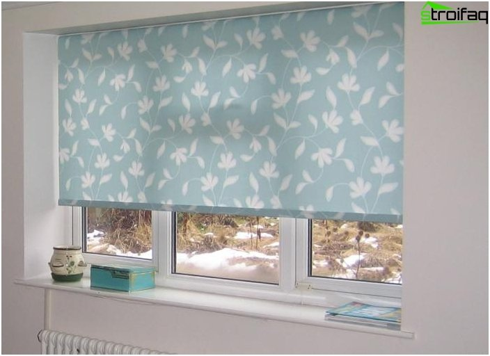 Roman and roller blinds in the living room 2