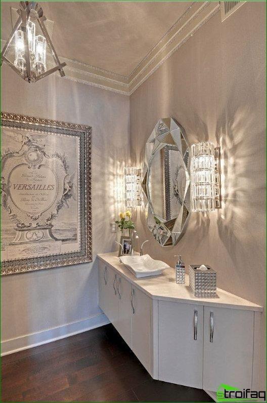 Espejo facetado de diamante en baño de lujo