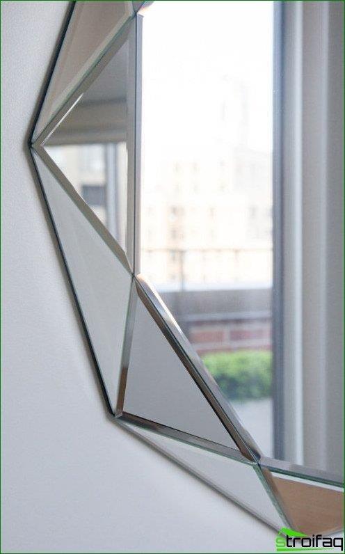 El corte de facetas se ve elegante en el interior, por lo que muchos diseñadores practican la falta de marcos para tales espejos