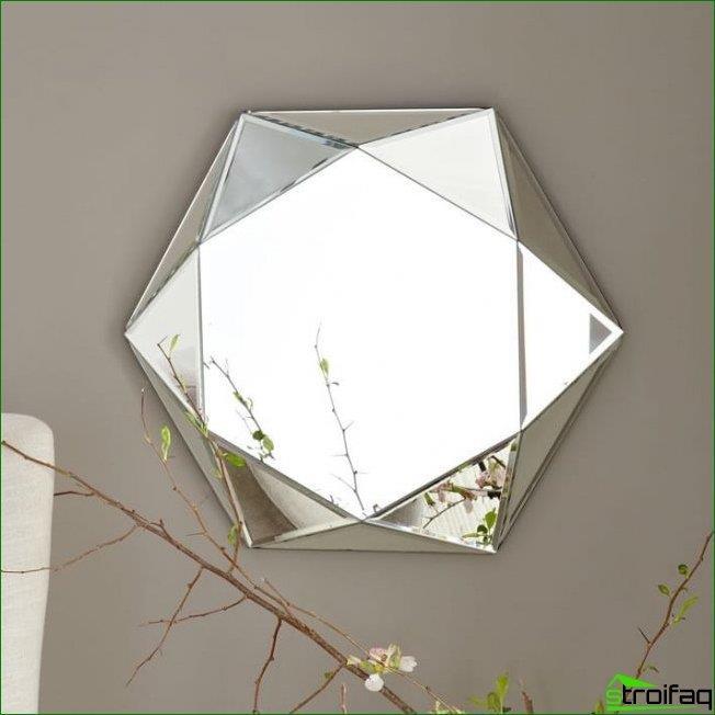 Los espejos facetados se ven tridimensionales y armoniosamente combinados con paredes lisas. Muchos diseñadores crean una faceta para espejos similar al corte de gemas.
