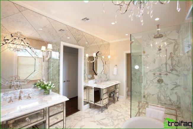 Los espejos facetados con grabado van bien con azulejos de espejo y muebles con revestimiento de espejo. Es cierto que se recomienda utilizar esta combinación con extrema precaución.