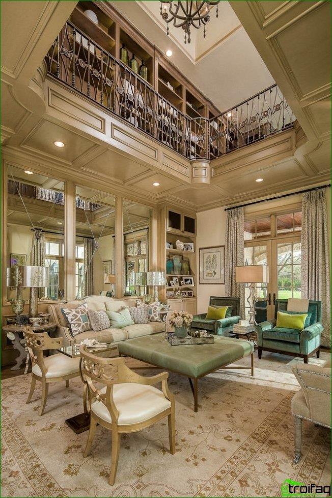 Un espejo facetado puede hacer que una sala espaciosa sea aún más voluminosa y ventilada.