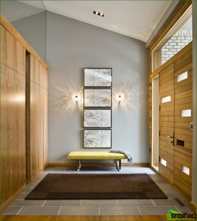A four-part painting adorns the entrance hall in a contemporary style.