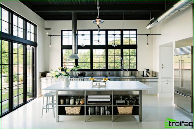 Suuri parvi-tyylinen keittiö, jossa korkeat katot