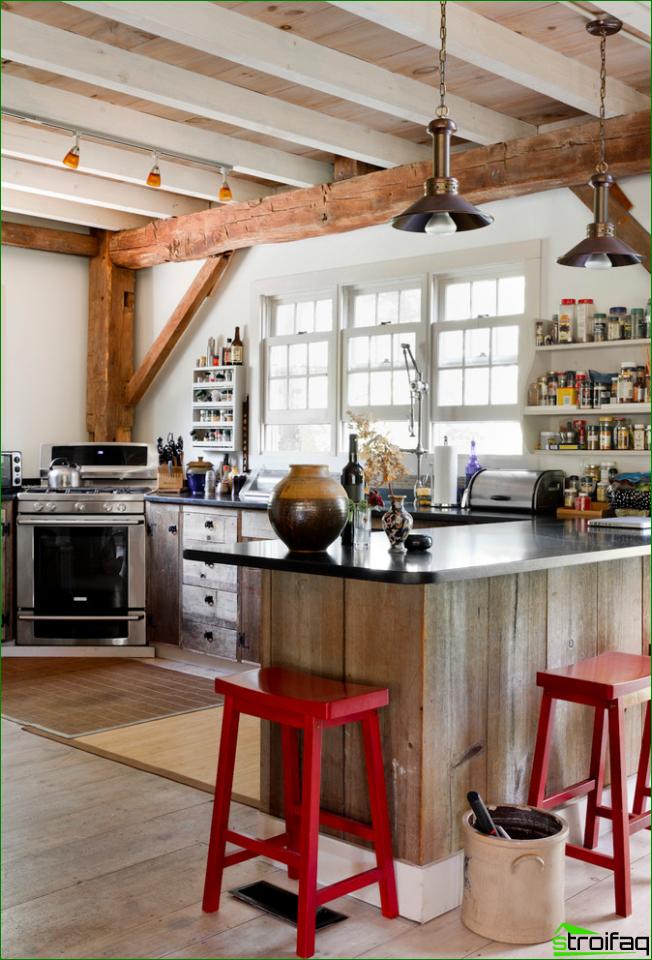 Maalaistyylinen puinen keittiö, jossa värikkäitä tuoleja
