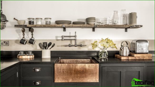 Kaunis musta keittiökalusto voi myös olla viihtyisä