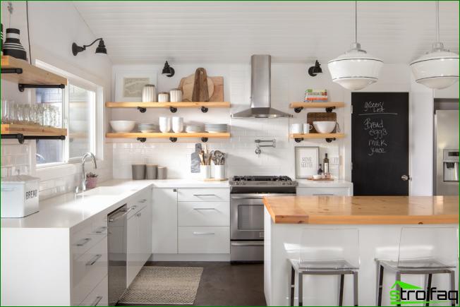 Eklektinen valoisa keittiö, jossa puiset avoimet hyllyt