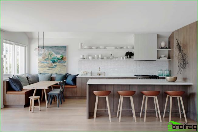 Moderni keittiöstudio, koristeltu hyllyillä ja valkoisilla ruokia