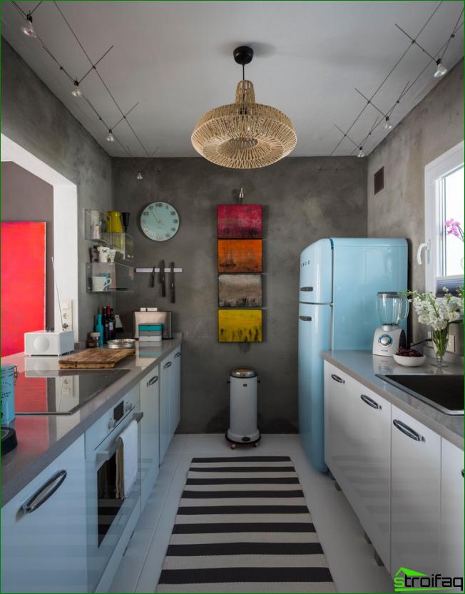 Pieni eklektinen keittiö, jossa harmaat seinät ja kirkkaat pienet maalaukset