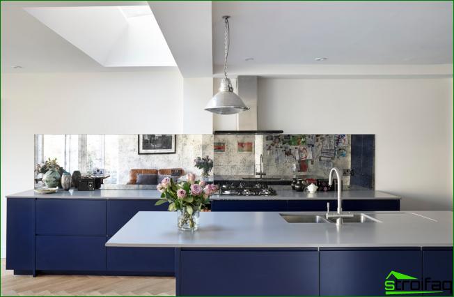 Moderni sininen ja valkoinen keittiö minimalistisilla huonekaluilla