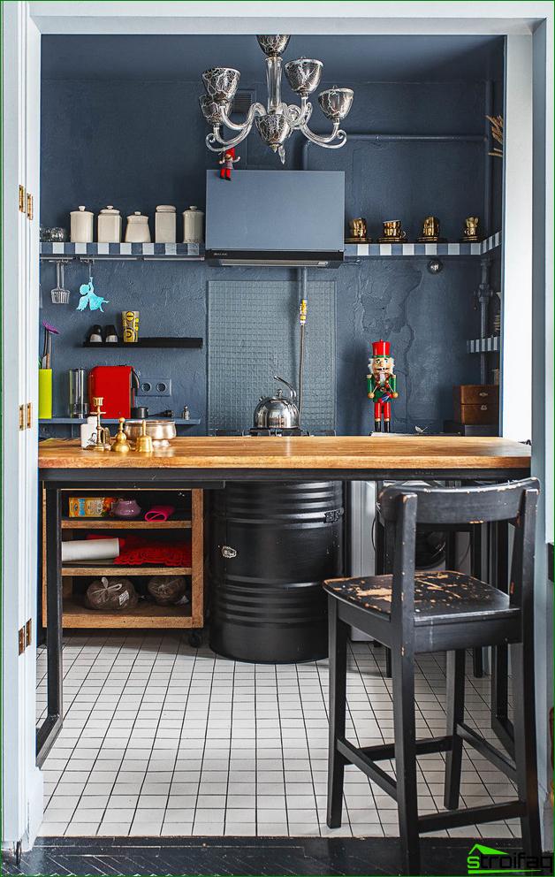 Pieni tumma eklektinen keittiö on sisustettu avoimilla hyllyillä, joilla on erilaiset välineet.