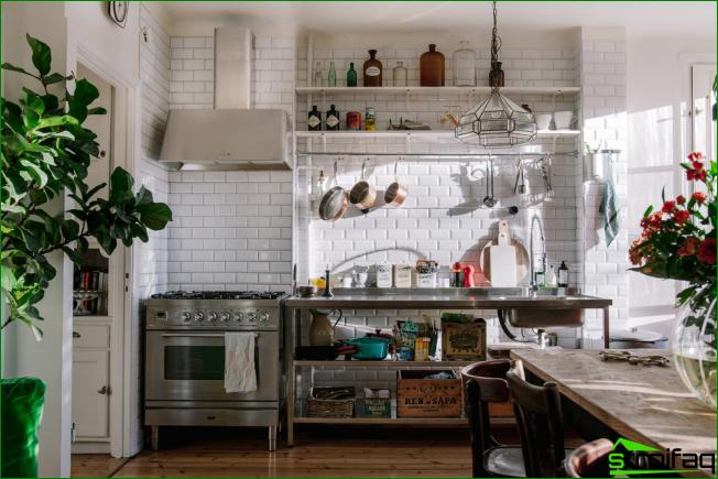 Valikoiva keittiö ilman suljettuja suuria kaappeja on taloudellinen vaihtoehto
