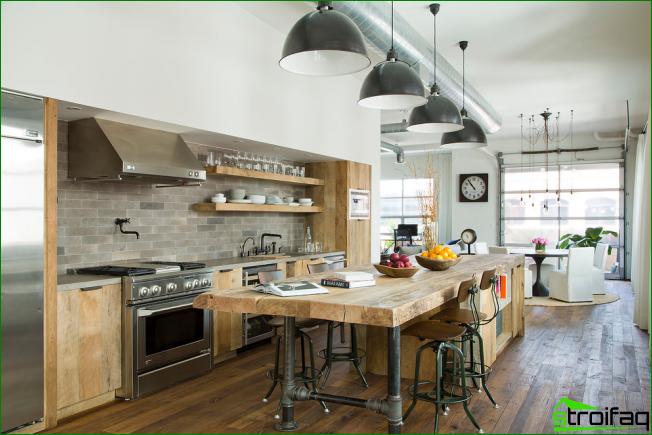 Suuri moderni keittiö harmaissa ja beige-sävyissä puisilla julkisivuilla