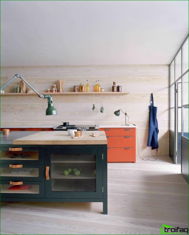Tilava, valoisa skandinaaviseen tyyliin keittiö, jossa yksi pitkä avoin hylly