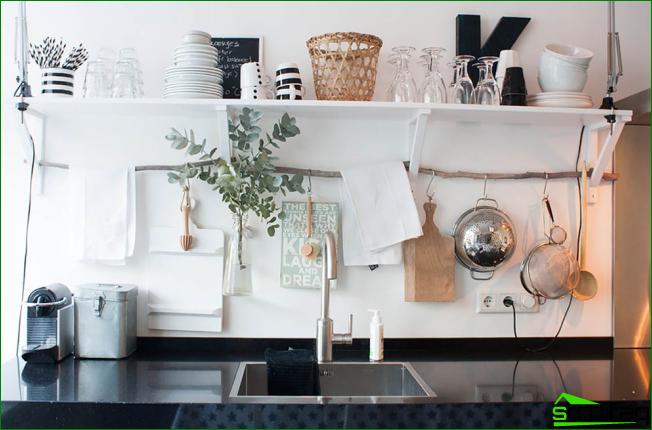 Keittiön avoimet hyllyt eivät ole vain paikka säilyttää ruokia, vaan myös koristeluvälineenä