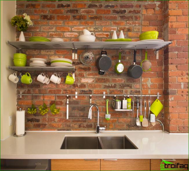 Jos sinulla on melko kirkas ruokalaji, se voi toimia keittiön sisustuksena ja varastoidaan avoimilla hyllyillä ja koukkuilla