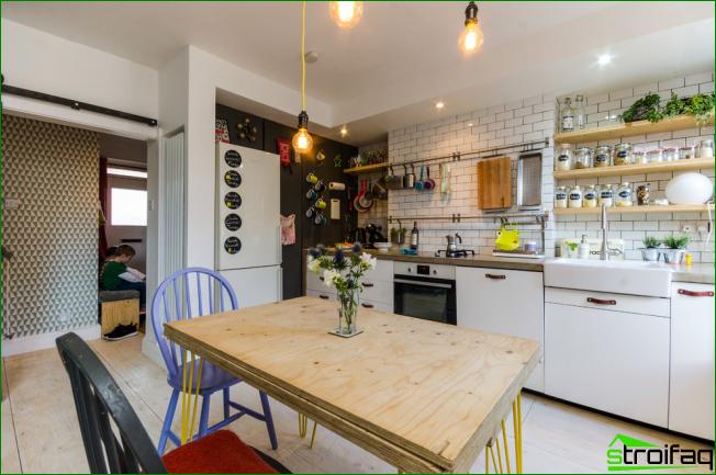 Eklektinen tyyli keittiön suunnittelussa, jossa on runsaasti avoimia hyllyjä
