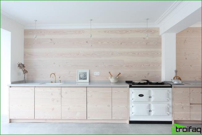Valoisa skandinaavityylinen puinen keittiö ilman yläkaappeja