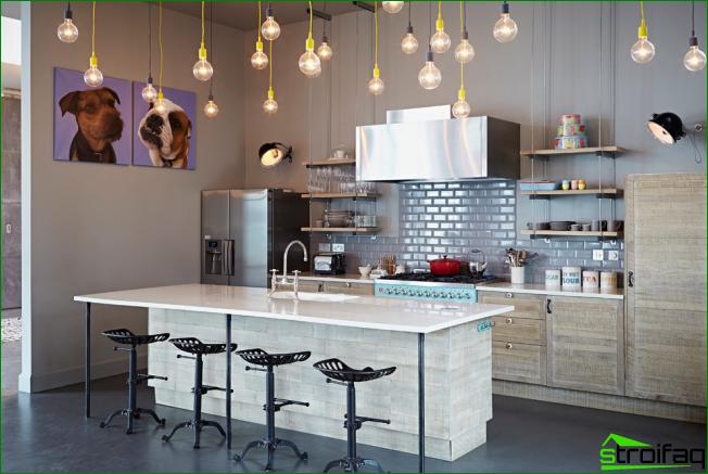 keittiö ilman yläkaappeja: eklektistyylisen keittiön valaistus voidaan järjestää monien kattoon roikkuvien sipulien muodossa