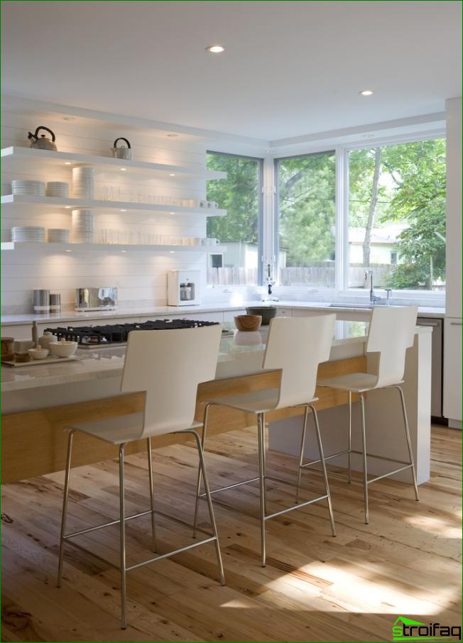 LED-valaistus katossa ja hyllyt jugend-keittiössä