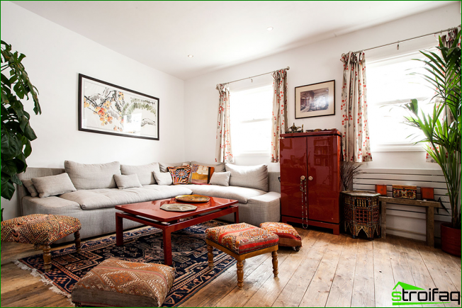 Un mini gabinete rojo brillante en conjunto con una mesa de café será lo más destacado del interior al estilo boho.
