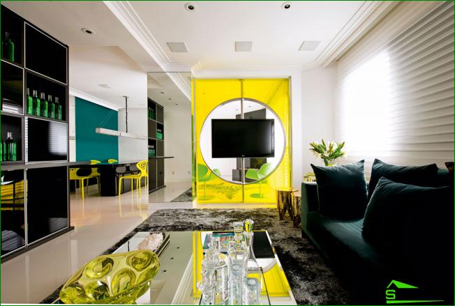 Salón interior en colores vivos con carácter brasileño.