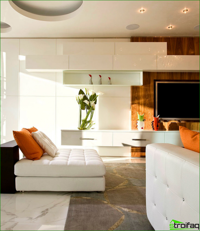 The combination of warm and cold colors in the interior of a spacious living room