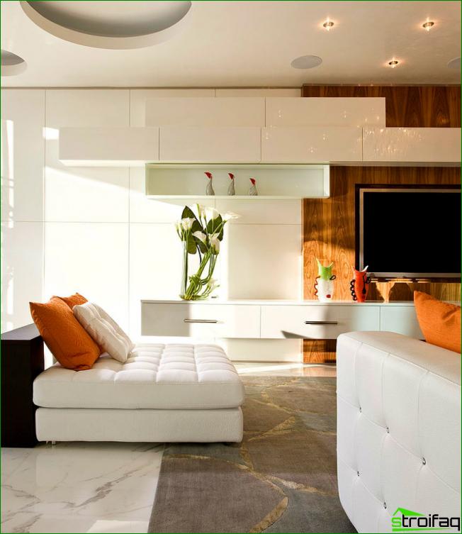 La combinación de colores cálidos y fríos en el interior de una espaciosa sala de estar.