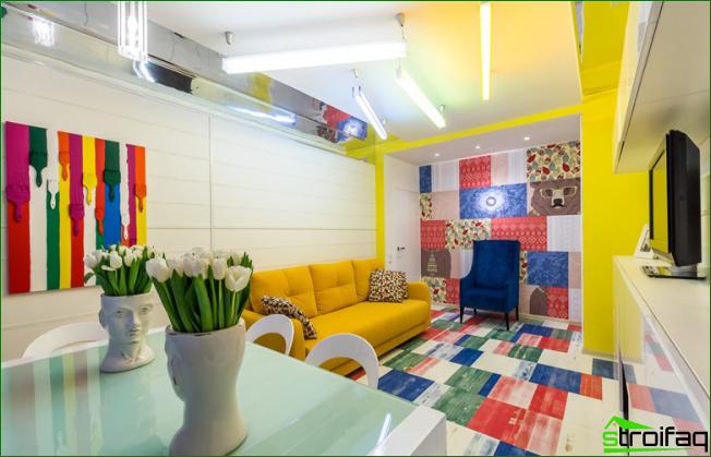 Con la ayuda de una buena iluminación y elementos brillantes del conjunto de muebles, la pequeña sala de estar aumenta visualmente