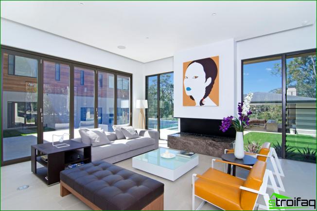 La combinación de materiales y relevancia en un interior particular hace que la superficie brillante sea un desafío.