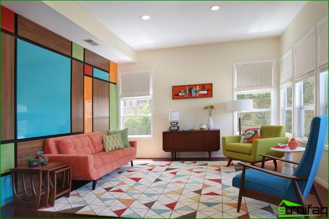 Una combinación interesante de elementos brillantes de madera y colores en una pared.