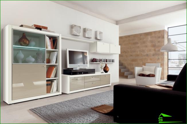 En una habitación pequeña, los muebles brillantes desviarán la atención hacia usted y ocultarán una sobreabundancia de objetos.