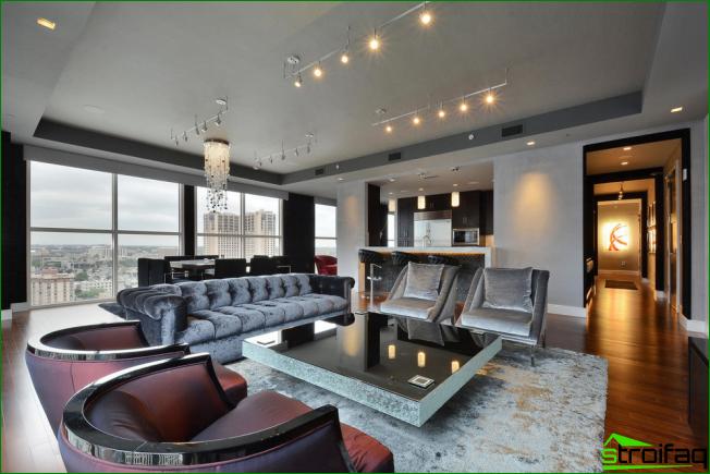 Muebles de sala brillantes: una mesa brillante masiva establece un aspecto festivo y no informal en el interior
