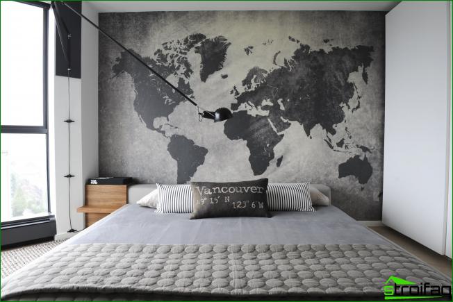 Atmosférico dormitorio tipo loft. Los gráficos en el interior se ven muy armoniosos en forma de un gran mapa mundial en toda la pared.