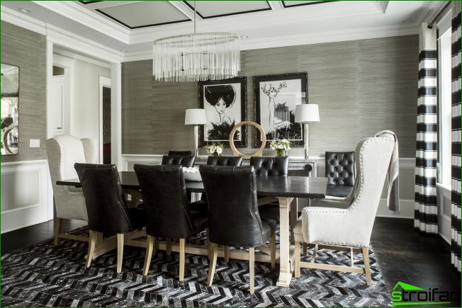 Un comedor muy atmosférico en blanco y negro con elementos gráficos en el interior y dos cuadros con el mismo espíritu.