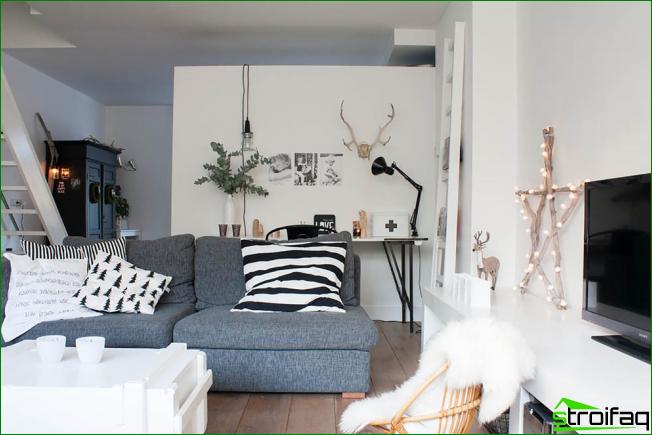 Impresiones gráficas originales en almohadas en la habitación tipo loft de la sala de estar de una casa privada
