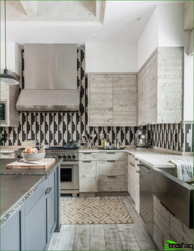 El patrón gráfico inusual del delantal de la cocina está en perfecta armonía con el conjunto de madera natural clara.