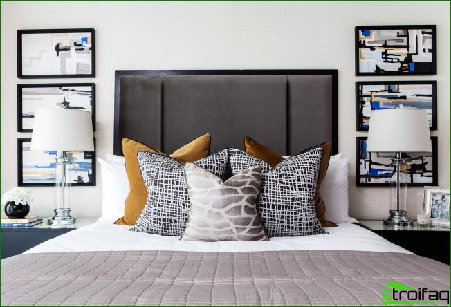 Motivos gráficos originales en fundas de almohadas en una habitación luminosa.