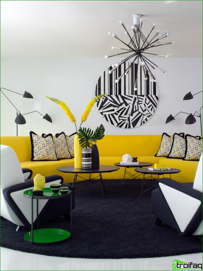 Sala de estar luminosa con un patrón gráfico inusual y jugosos acentos amarillos en el interior.