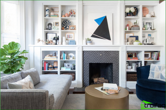 Amplia sala de estar con motivos escandinavos en el interior y elementos gráficos de la chimenea.