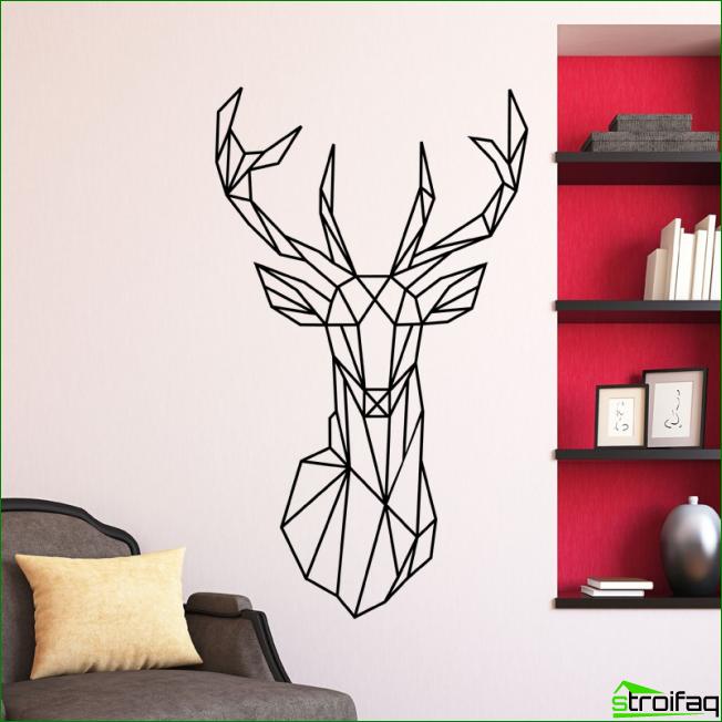 Dibujo gráfico inusual con un espíritu minimalista en la pared de una sala luminosa