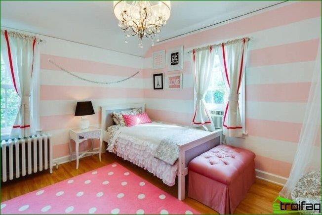 Wide horizontal stripes expand the size of the small bedroom