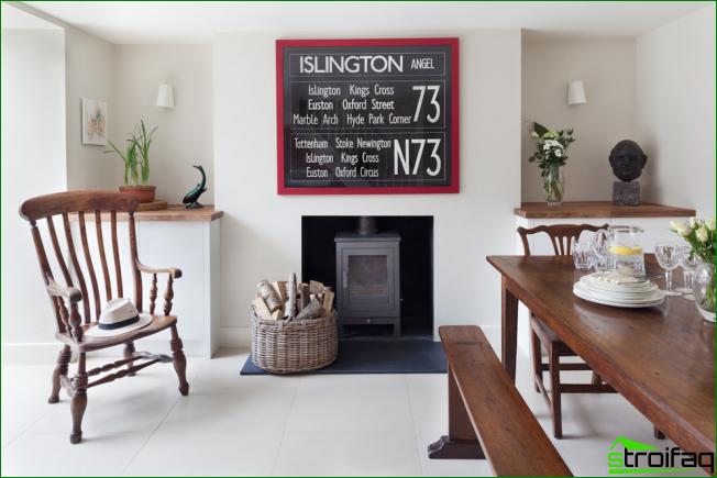 Habitación luminosa de estudio con una imagen gráfica inusual en forma de texto. Puedes escribir tus citas favoritas o frases motivadoras como esa.