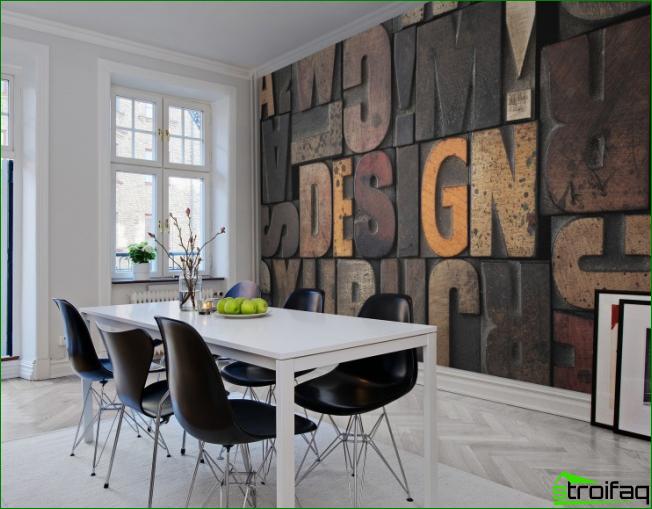 Habitación luminosa con una pared dedicada en el comedor.
