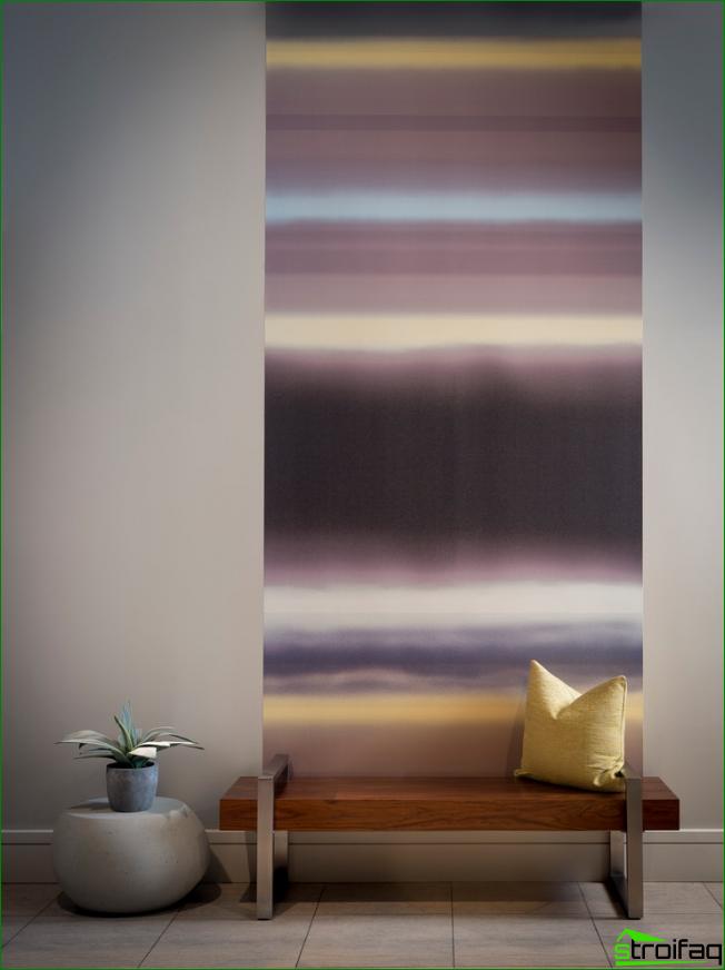 La combinación de papel tapiz en el pasillo.