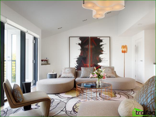 Panel de fotos modular en una luminosa sala de estar.