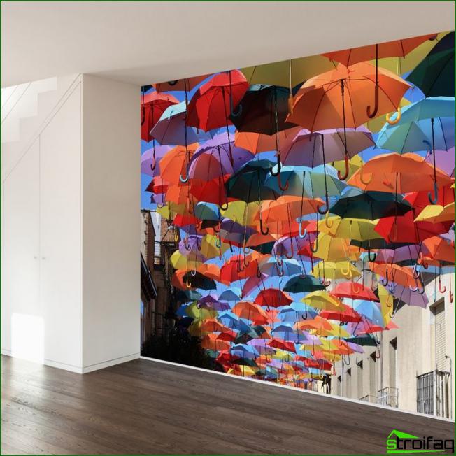 Brillante mural montado en la pared en un amplio hall de entrada