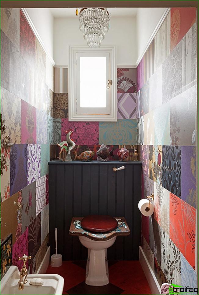 Panel colorido patchwork en un baño pequeño