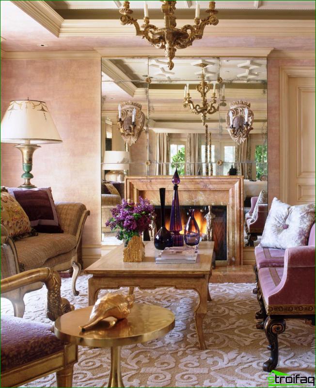 Espejo de techo facetado en un interior clásico.