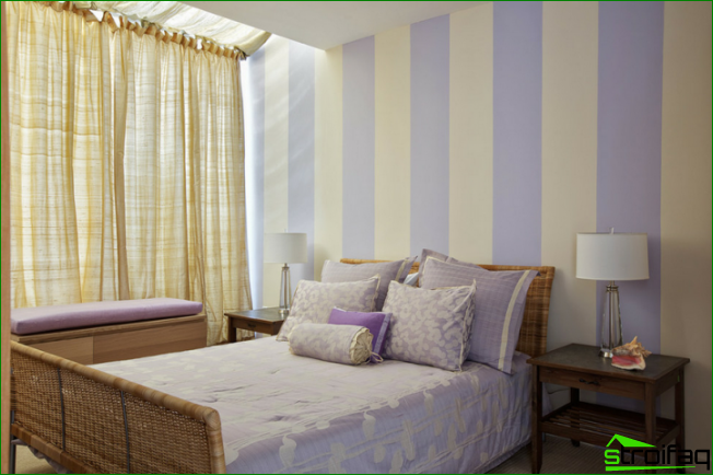 Bedroom in pastel colors with a wide vertical strip on the walls